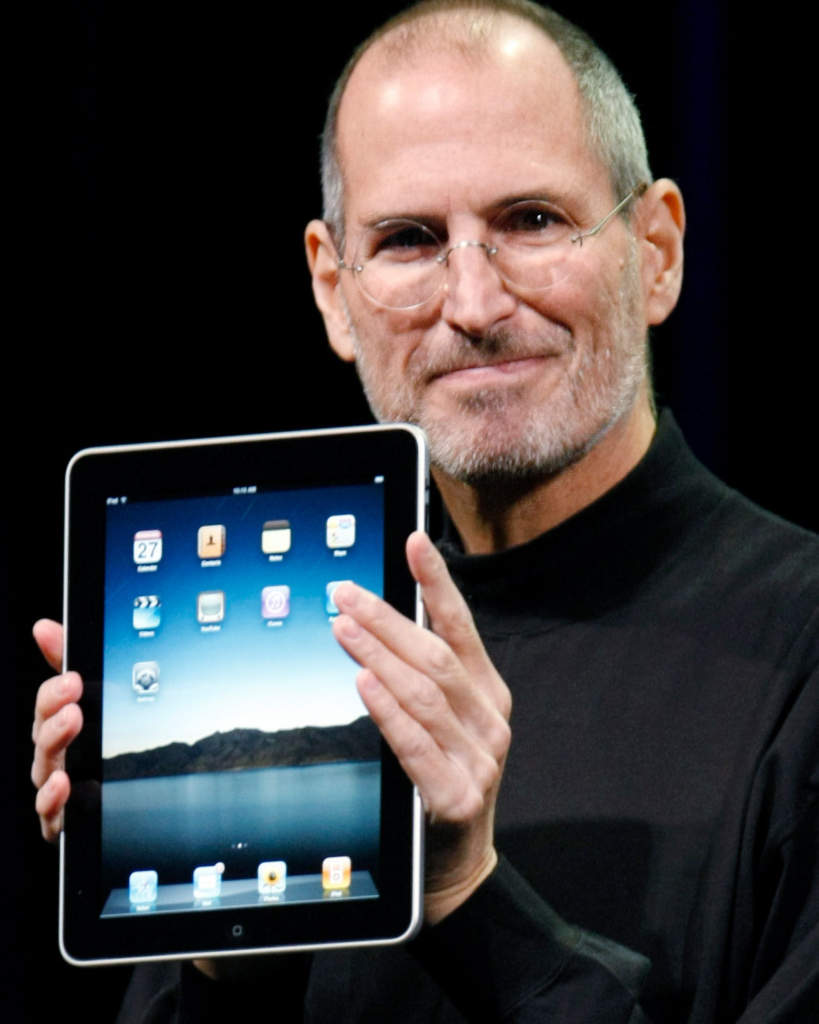 Apple CEO Steve Jobs holding up the new iPad during a product announcement in San Francisco, The iPad. Foto: AP